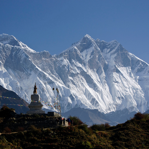 Mount-Everest-in-the-background-with-a-temple-in-the-Foreground-sidepic
